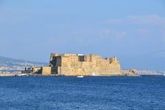 Castel在一个半岛的小山谷` Ovo在那不勒斯海湾在意大利 免版税库存图片