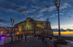 Castel小山谷` Ovo,海边城堡在那不勒斯,在意大利 库存照片