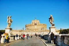 Castel και Ponte Sant ` Angelo με τους ανθρώπους Στοκ Φωτογραφίες