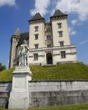 Castel короля Генрих 4 в Pau, Франции и статуе Gaston Febus стоковые фото
