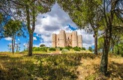 Castel del Monte,在a修造的著名城堡美丽的景色  图库摄影