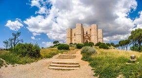Castel del Monte,在a修造的著名城堡美丽的景色  库存图片