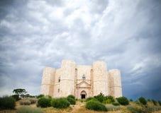 Castel del Monte, Andria, Apulia - δραματικός νεφελώδης ουρανός κάστρων Στοκ Εικόνες