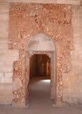 Castel del Monte Los restos del revestimiento de madera de mármol alrededor de la puerta Imagen de archivo libre de regalías