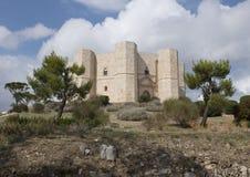 Castel Del Monte op een heuvel in Andria in zuidoostenitalië royalty-vrije stock afbeelding