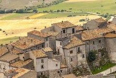 Castel del Monte som är panorama- beskådar Arkivfoto
