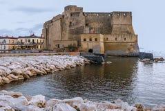 Castel dell'Ovo (äggslott) från Naples, Italien Royaltyfri Bild