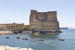 Castel dell'Ovo, en medeltida fästning i fjärden av Naples, Italien Arkivfoto