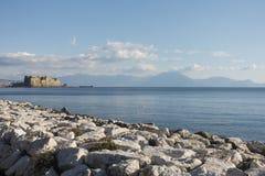 Castel dell'Ovo和Mt vesuvius 免版税库存图片
