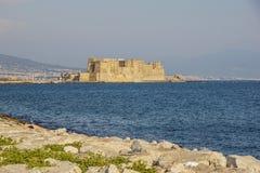 Castel dell ` Ovo włoch dla Jajecznego fortecy w schronieniu Naples w Włochy, z zatoką Naples obraz royalty free