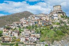 Castel di Tora, comune in de Provincie van Rieti in het Italiaanse gebied Latium royalty-vrije stock foto's
