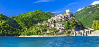 Castel di Tora - sjö Turano, Italien Fotografering för Bildbyråer
