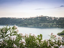 Castel Gandolfo en Albano Lake, Italië stock fotografie