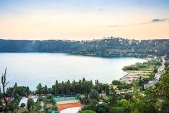 Castel Gandolfo en Albano Lake, Italië royalty-vrije stock fotografie