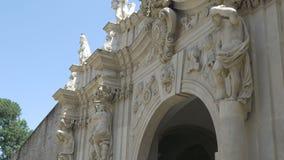 Castel Gate con le statue dell'atlante video d archivio
