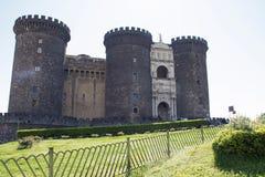 Castel Nuovo - ingresso principale con prato inglese immagine stock