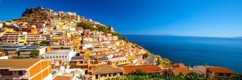 Castel och färgrika hus i den Castelsardo staden, Sardinia, Italien Royaltyfri Fotografi