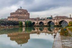 Castel och Ponte Sant 'Angelo i Rome arkivfoto