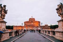 Castel och Ponte Sant ` Angelo med folk Arkivbild