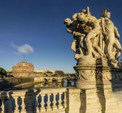 Castel S pont d'Angelo réfléchi sur le tevere de rivière Images stock