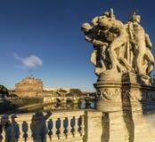 Castel S puente de Ángel reflejado en tevere del río Imagenes de archivo