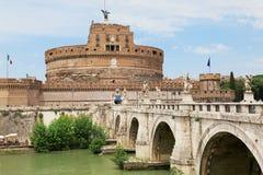 Castel Sant `安吉洛aross台伯河河在罗马,意大利 库存照片