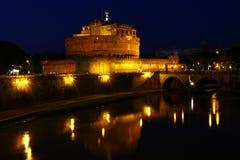 Castel Sant'Angelo在夜之前在罗马 免版税库存照片