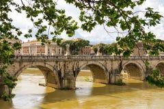 Castel Sant'Angelo桥梁的人们在罗马,意大利 免版税库存图片