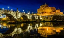 Castel Sant ` Angelo, αντανάκλαση της Ρώμης τη νύχτα Στοκ Εικόνες