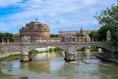 Castel Sant ` Angelo και γέφυρα Ponte Sant ` Angelo πέρα από τον ποταμό Tiber στη Ρώμη, Ιταλία στοκ φωτογραφίες