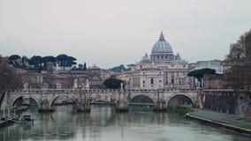 Castel Sant Angelo προς τη πόλη του Βατικανού, τον ποταμό, τους ανθρώπους και seagulls το χειμώνα απόθεμα βίντεο