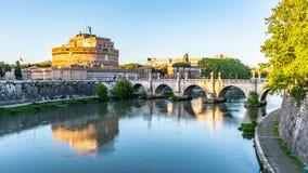 Castel Sant Angelo, или мавзолей Hadrian, отраженный в реке Тибра в Риме, Италия стоковая фотография
