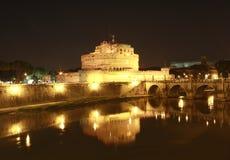 Castel Sant ' Angelo la nuit. Rome. Images stock