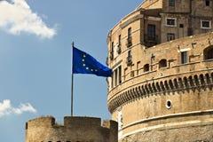 Castel Sant ?Angelo med den europeiska flaggan royaltyfri bild