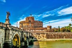 Castel Sant ' Angelo met Brug van de heilige monumenten, Rome, Zuid-Italië Stock Foto's