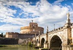 Castel Sant ' Angelo mit Brücke durch Tag und blauen Himmel Stockfotografie