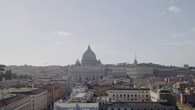 Castel Sant Angelo in mot Vatican City, crouds av turister i vinter, pannaskott stock video
