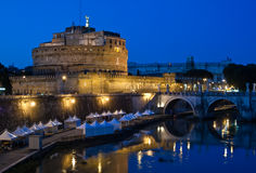 Castel Sant'Angelo nachts stockfotografie