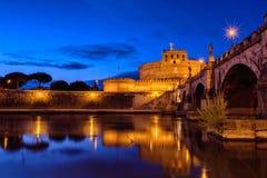 Castel Sant ' Angelo a Roma di notte Fotografie Stock Libere da Diritti