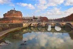 Castel Sant-` Angelo und Sant-` Angelo-Brücke über dem Tiber-Fluss, Rom Lizenzfreies Stockfoto
