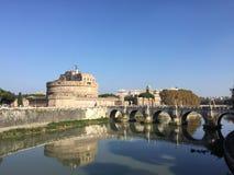 Castel Sant & x27; De spiegelrivier van Angelo Stock Afbeeldingen