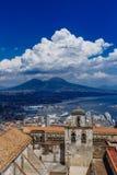 Castel Sant ` Elmo en de stad van Napels, Italië met Onderstel Vesuvi royalty-vrije stock fotografie
