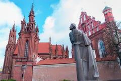 Castel St Anna und Franziskus von Assisi churcheswith das Adam Mickiewicz-Monument in Vilnius, Litauen Stockfotografie