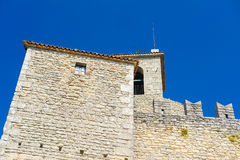 Castel in un centro del San Marino immagine stock libera da diritti