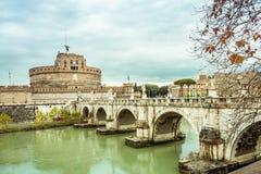 Castel und Ponte Sant Angelo über dem Fluss Tiber in Rom Italien Lizenzfreie Stockfotografie