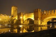 Castel Vecchio-brug of scaliger brug bij nacht, Verona, Italië stock afbeelding