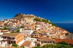 Castel y casas coloridas en la ciudad de Castelsardo, Cerdeña, Italia Imágenes de archivo libres de regalías