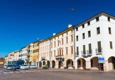 Castelfranco Veneto, Italia: Case residenziali con gli arché nello stile tradizionale di architettura immagine stock libera da diritti