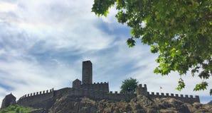 Castelgrande从Piazza del Sole观看了在贝林佐纳,小行政区提契诺州,瑞士 图库摄影