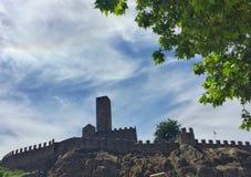 Castelgrande从Piazza del Sole,贝林佐纳观看了 小行政区提契诺州,瑞士 免版税图库摄影